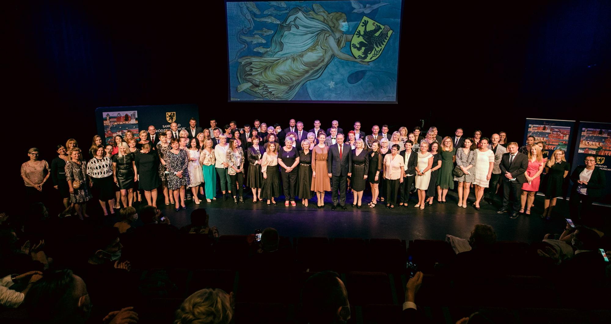 Uroczyście i wzruszająco. Gala dla medyków zaangażowanych w walkę z COVID-19 na Pomorzu [FILM I ZDJĘCIA]