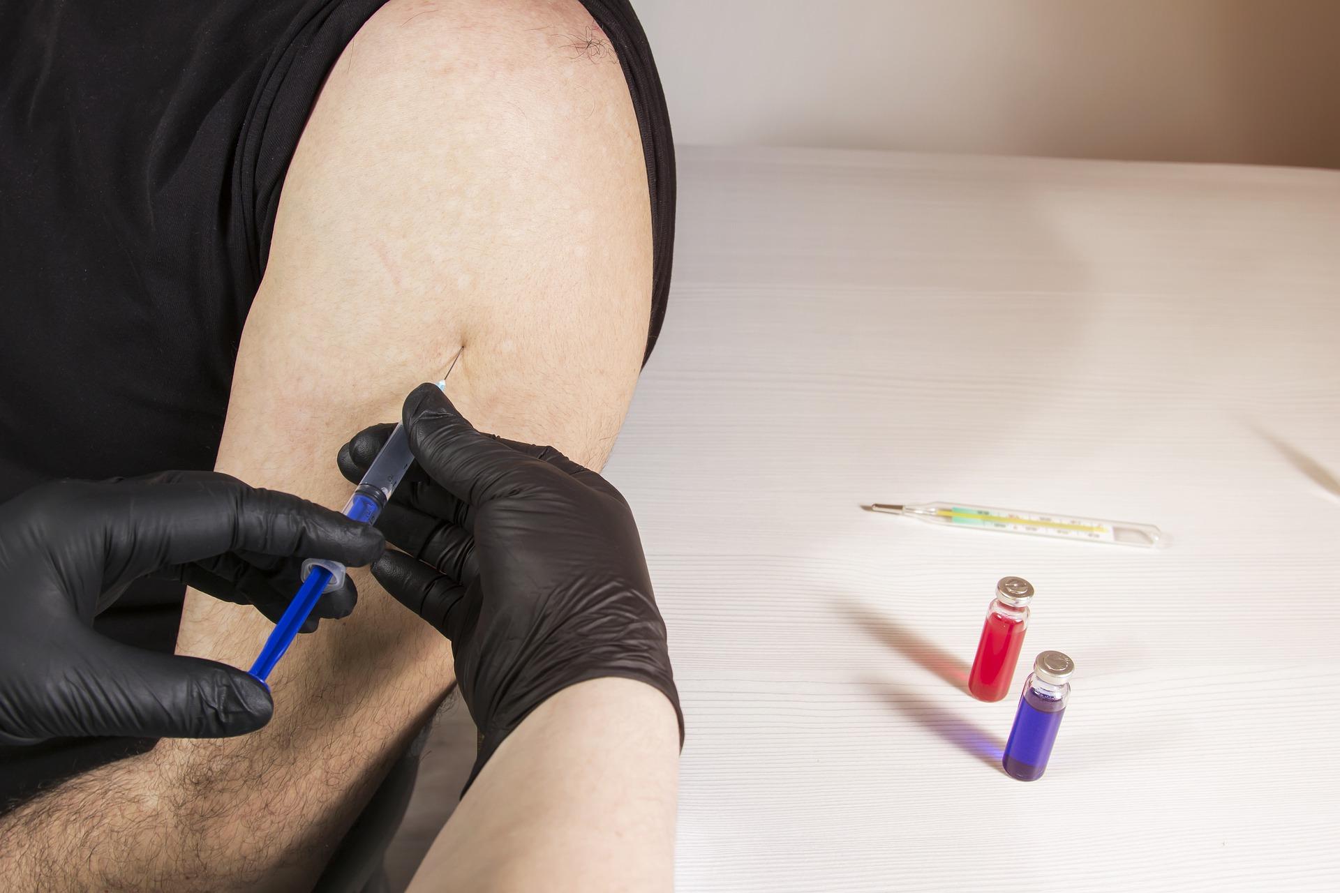 COVID-19 i grypa – czy między szczepionkami powinna być przerwa? [GŁOS EKSPERTÓW]